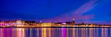 Waalkade Nijmegen bei Nacht - Panorama von Nicky Kapel
