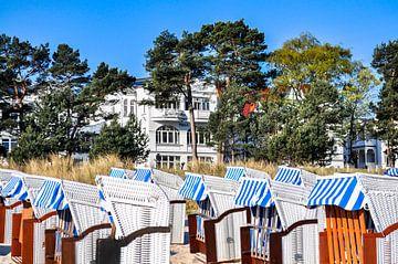 wit-blauw-bruine strandstoelen in Binz, Rügen van GH Foto & Artdesign