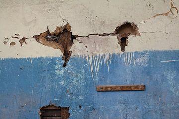 Muur van vervallen woning in Griekenland