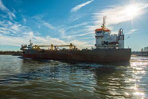 Scheepvaart bij de haven van Rotterdam. van