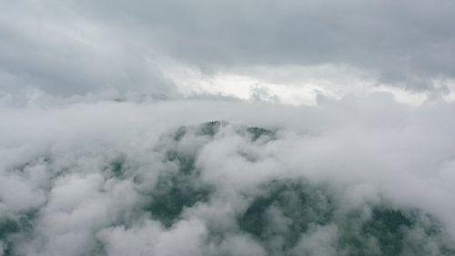 wolken over een bergtop in de alpen