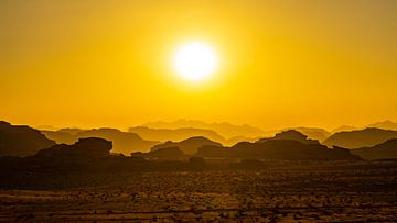 Sonnenuntergang: Felsformationen in Wadi Rum, Jordanien von Jessica Lokker