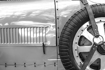 Bugatti Type 43, voiture de sport classique des années 1920, roue de secours et capot moteur. sur Sjoerd van der Wal