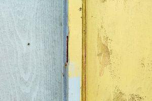 Abstract lijnenspel in grijs en geel op houten wand