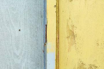Abstract lijnenspel in grijs en geel op houten wand von Texel eXperience