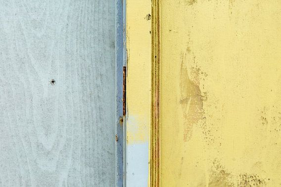 Abstract lijnenspel in grijs en geel op houten wand van Texel eXperience