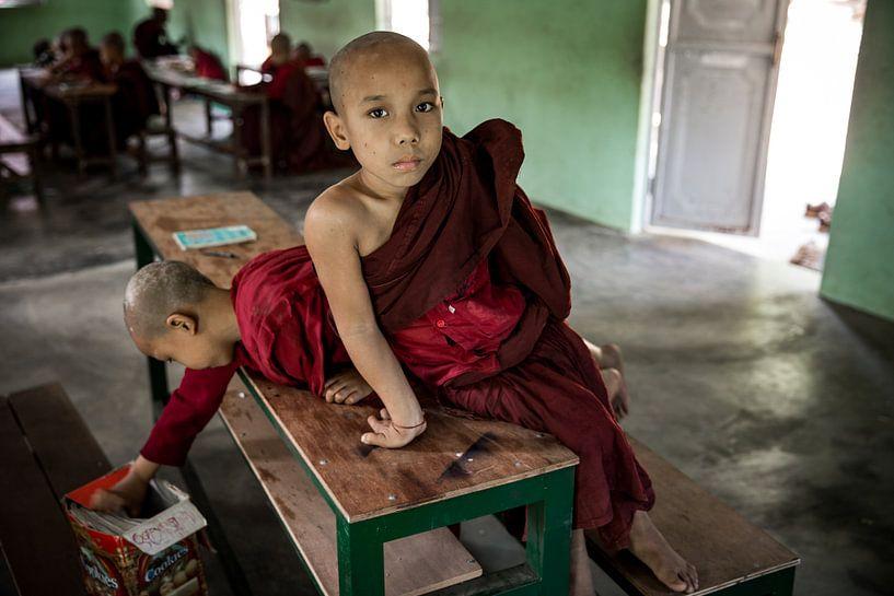 BAGHAN, MYANMAR DECEMBER 12, 2015 - Chinese jonge monnik in schoolklas bij budhistisch klooster.  van Wout Kok