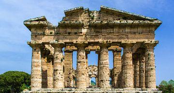 Voorzijde van Poseidon tempel in Paestum, Italië van Rietje Bulthuis