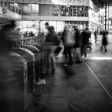 Reizigers in Rotterdam Centraal van Sjoerd de Hoop