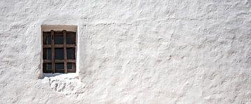 Raam in witte rustieke muur von Sense Photography