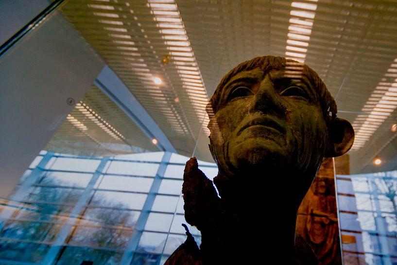 Romeinse bronzen portretkop in het Valkhof museum in Nijmegen van Maerten Prins
