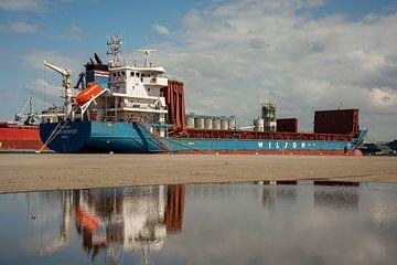 Coaster met open ruimen aan de kade van de haven. van scheepskijkerhavenfotografie