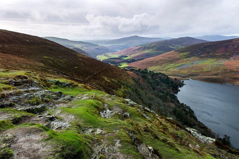 Guinness lake in de wicklow mountains van Ierland von Steven Dijkshoorn