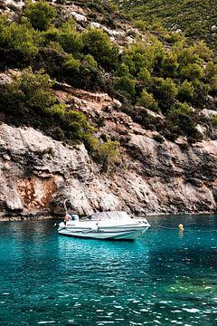 Motorboot in water voor een rotswand van Fotos by Jan Wehnert