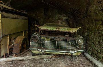 Verlaten en verroeste auto in een garage von Angelo de Bruin