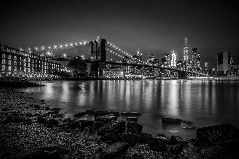 MANHATTAN SKYLINE & BROOKLYN BRIDGE Nachtwandeling langs de rivier van Melanie Viola