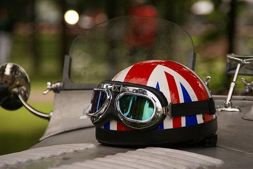 rijdershelm met afbeelding van de Engelse vlag, op de motorkap van een oldtimer (Concours d'Elegance