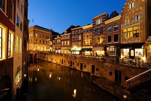 De Vismarkt aan de Oudegracht in Utrecht gezien vanaf de Kalisbrug van Donker Utrecht