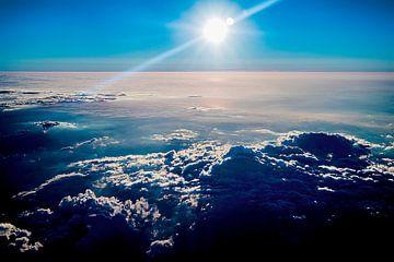 Foto von über den Wolken mit untergehender Sonne von Fred Leeflang