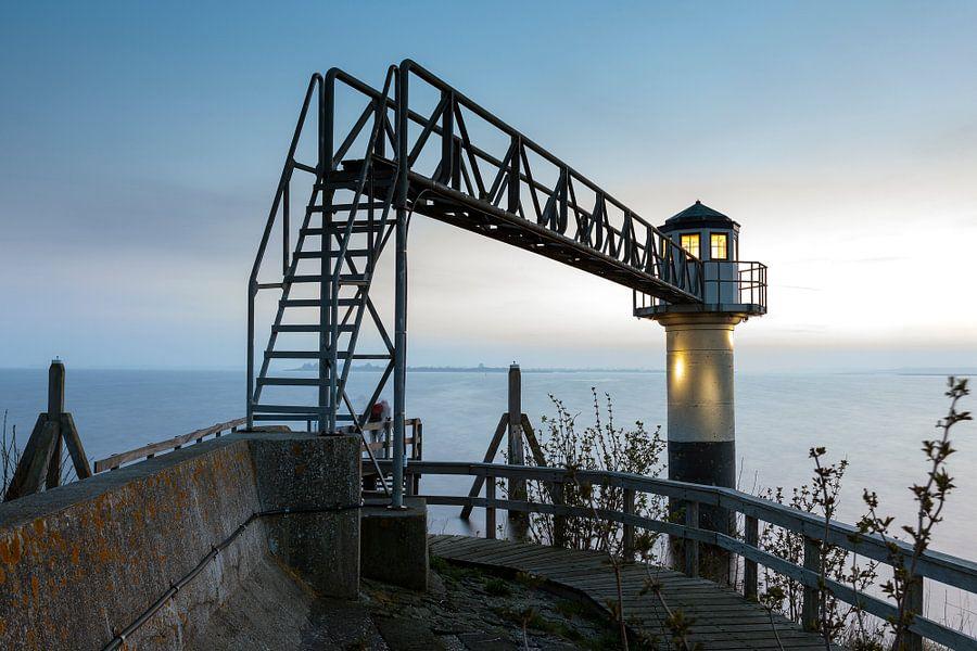 Lichtbaken Oostmahorn bij het Lauwersmeer bij dageraad