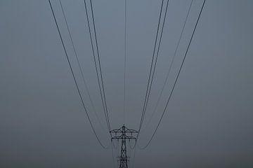 Elektriciteitsmast in de mist van Franklin Verbeek