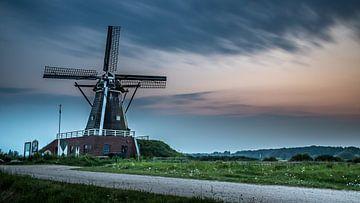 Typische holländische Landschaft mit Windmühle während des Sonnenuntergangs von Kim Bellen