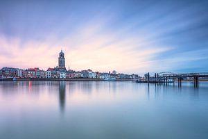 Skyline Deventer tijdens het blauwe uurtje van