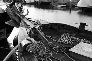 Botter in de haven van Bunschoten-Spakenburg (zwartwit) van Jerome van den Berg