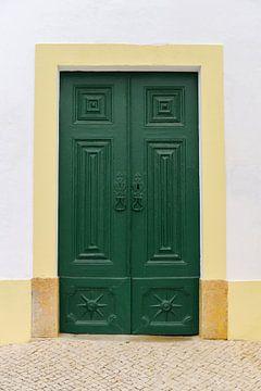 Grüne Tür in Ferragudo | Portugal | Farbenfrohe Reisefotografie von Mirjam Broekhof