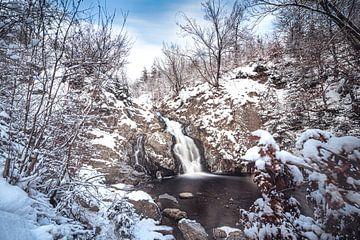 Waterval van Bayehon bedekt onder laagje sneeuw van Daan Duvillier