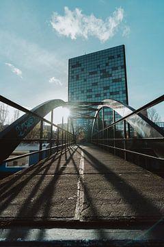 Zon en schaduw op een brug van Jonai