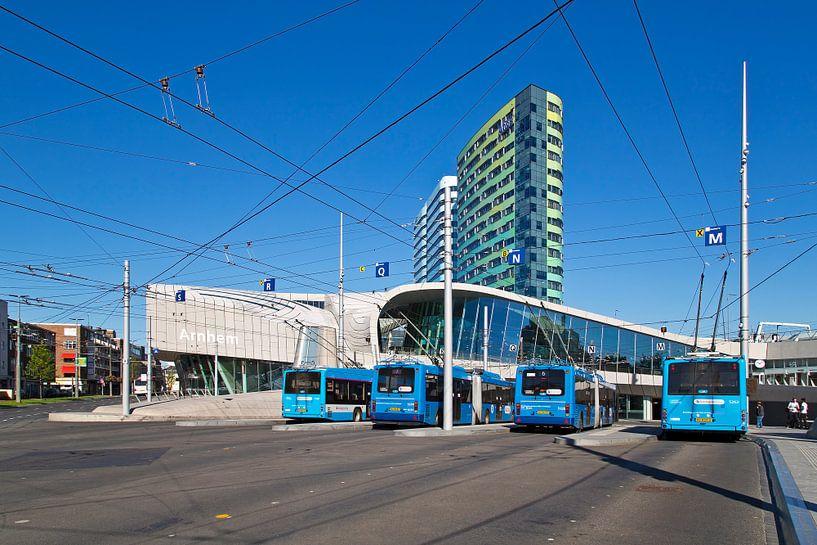 Centraal station met trolleybussen Arnhem van Anton de Zeeuw