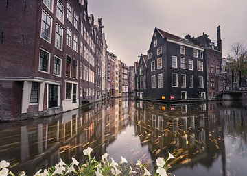 Schöne Spiegelung an einem Kanal in Amsterdam von Nick de Jonge - Skeyes