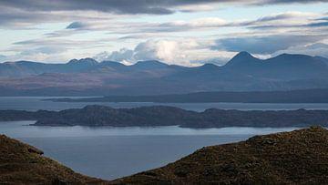 Vue panoramique sur les hauts plateaux écossais, la mer et les îles depuis l'île de Skye. sur Ralph Rozema