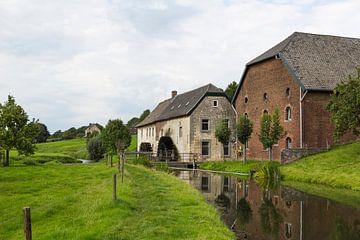 Watermolen en boerderij aan de rivier de Geul  in Limburg van Ger Beekes