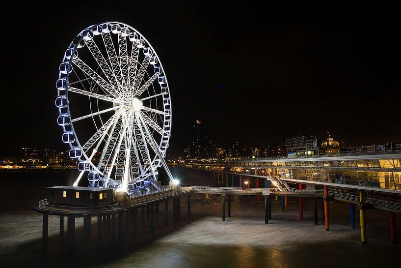 De Pier van Scheveningen bij nachtlicht van Emile Kaihatu