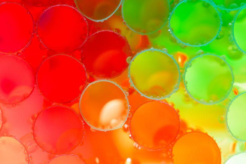 Rode, oranje en groene rietjes bedekt met waterdruppels van Mark Scheper