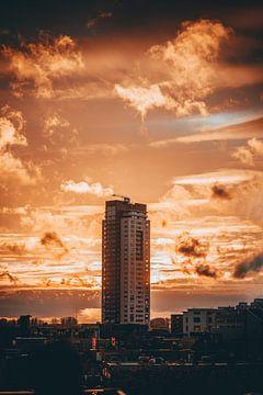 Flatgebouw in Eindhoven tijdens zonsondergang van Martijn Van Weeghel