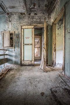 Toegangsdeur van de tandkliniek in Pripyat van Karl Smits