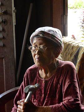 Vrouw in Indonesië op Sumatra van Anita Tromp