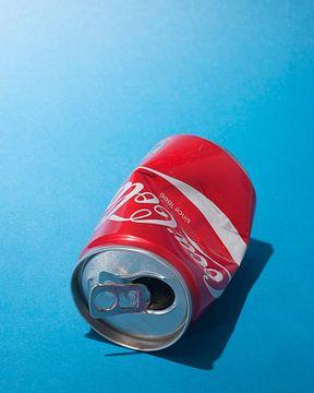 Popart. Gefundene Coca-Cola-Dose mit Lippenstift von Floris Kok
