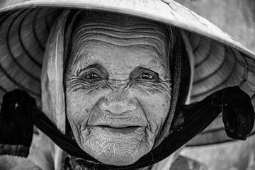 Old woman Conical Hat in Vietnam van Manon Ruitenberg