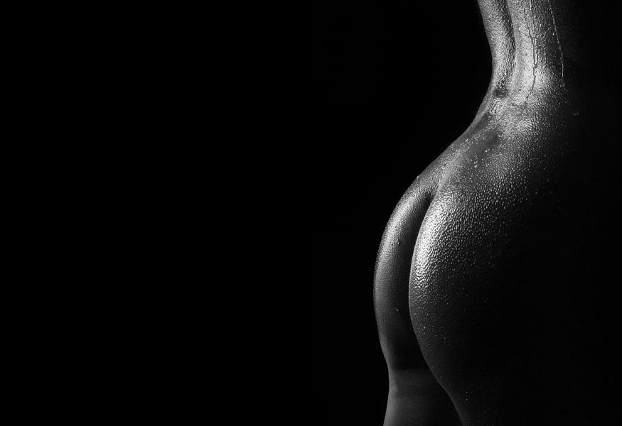 Druppels water op de billen van een naakte vrouw. van Retinas Fotografie