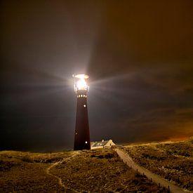 Leuchtturm- und Fischerhäuschen in der Nacht in der Insel von Schiermonnikoog von Sjoerd van der Wal Fotografie