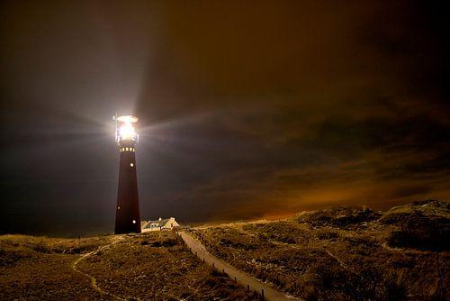 Leuchtturm- und Fischerhäuschen in der Nacht in der Insel von Schiermonnikoog von Sjoerd van der Wal