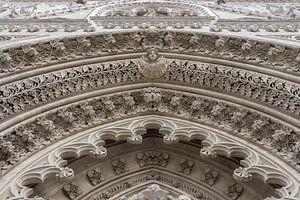 Beeldhouwwerk boven de deur, kathedraal Zagreb
