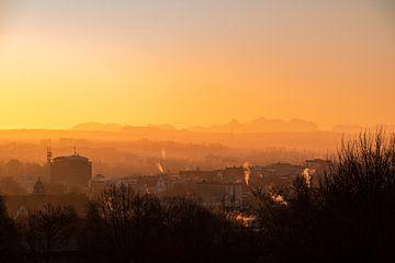 Prachtige ochtendgloed over Kempten met de Zugspitze in je silhouet van Leo Schindzielorz