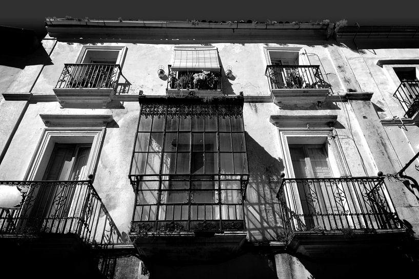 Oude gevel, Spanje (zwart-wit) van Rob Blok