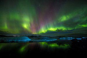 Magisch noorderlicht boven ijsbergen van
