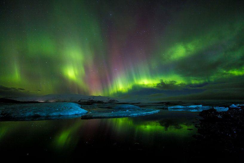 Magisch noorderlicht boven ijsbergen van Prachtt